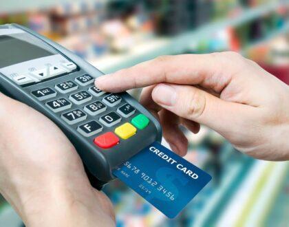 A loja pode cobrar valores diferentes para pagamento no dinheiro e no cartão?