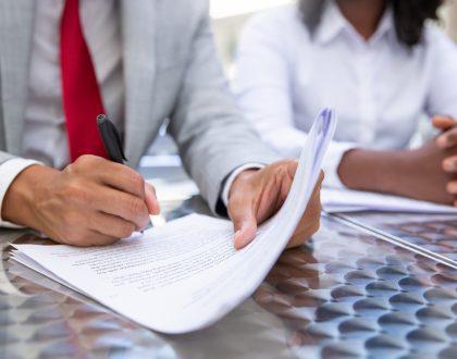 Ex-sócio que assinou como devedor solidário responde por dívida mesmo após o prazo de dois anos